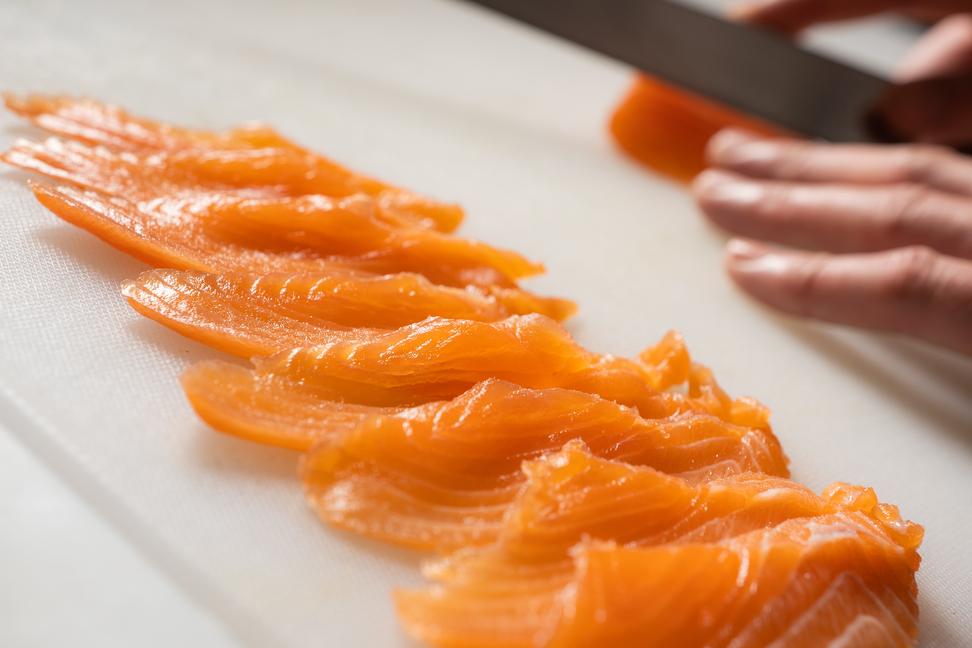 σούσι με σολωμό- φέτες σολωμού